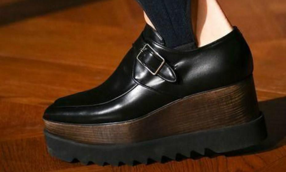 Se está a pensar (re)aderir a esta tendência, saiba que o tipo de calçado é muito importante. Se optar por usar sapatilhas, use as calças por dentro.