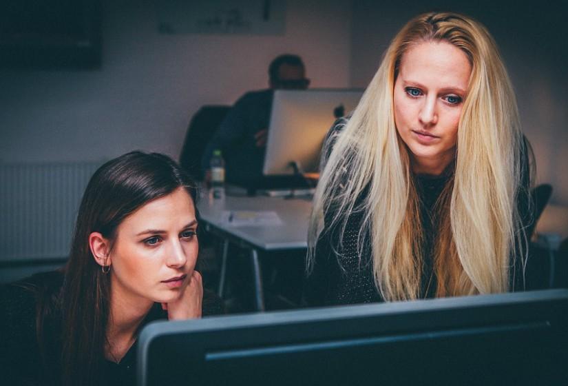 Se houver um projeto que se alinhe com o seu propósito ou é algo que o deixa entusiasmado, faça-o sem medos. Se há uma iniciativa em que se queira envolver, envolva-se. Não espere por um convite para começar a gostar do seu trabalho, faça isso acontecer. Seja proactivo, faça com que as horas que passa no escritório valham a pena.