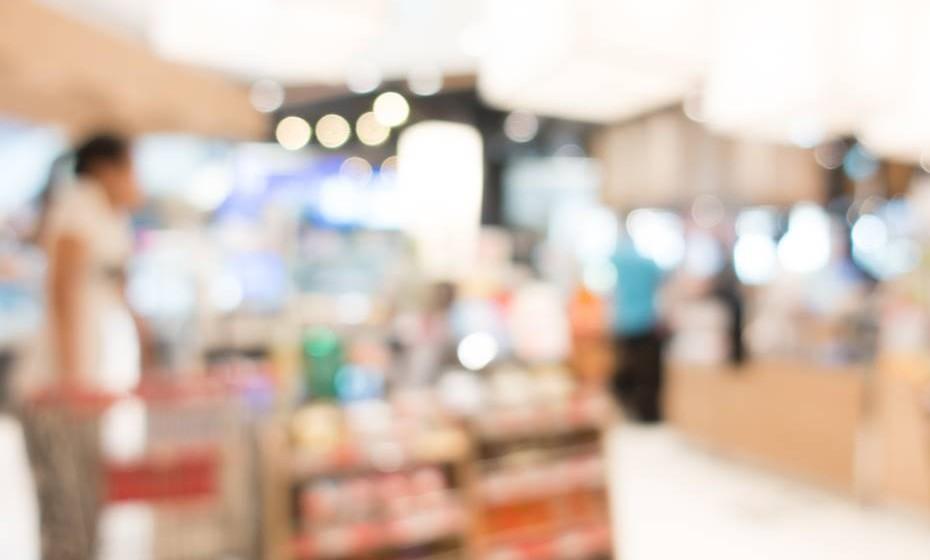 Fale com o supermercado onde costuma abastecer-se e peça soluções com menos sódio. (Fotos: Freepik)