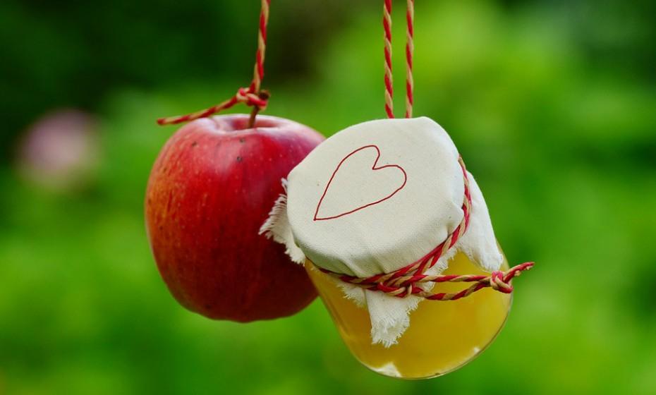 Substitua o óleo ou a manteiga nas sobremesas por compota de maçã. Para além de adicionar humidade e sabor à confeção, acrescenta fibra e outros nutrientes.