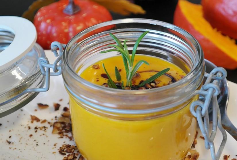 Puré de abóbora é uma substituição rica em nutrientes. Use ¾ de puré de abobora para substituir a manteiga.