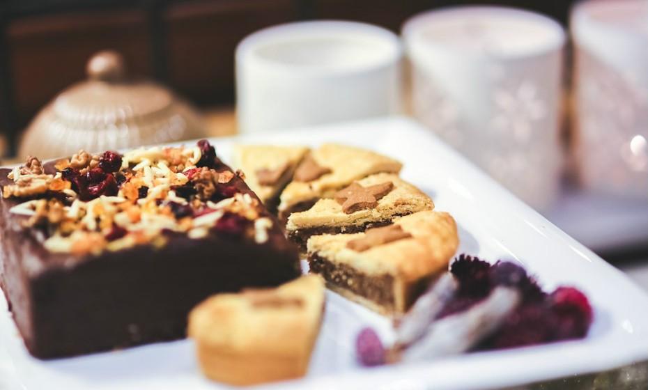 Antes de ir para uma festa, escolha uma destas opções: álcool ou sobremesa. Se escolher sobremesa, controle-se. Escolha apenas uma e saboreie, pois não há necessidade de experimentar todos os doces que estão em cima da mesa. Quanto ao álcool, escolha bebidas com baixas calorias, como vinho. E, lembre-se, a moderação é a chave para o sucesso.