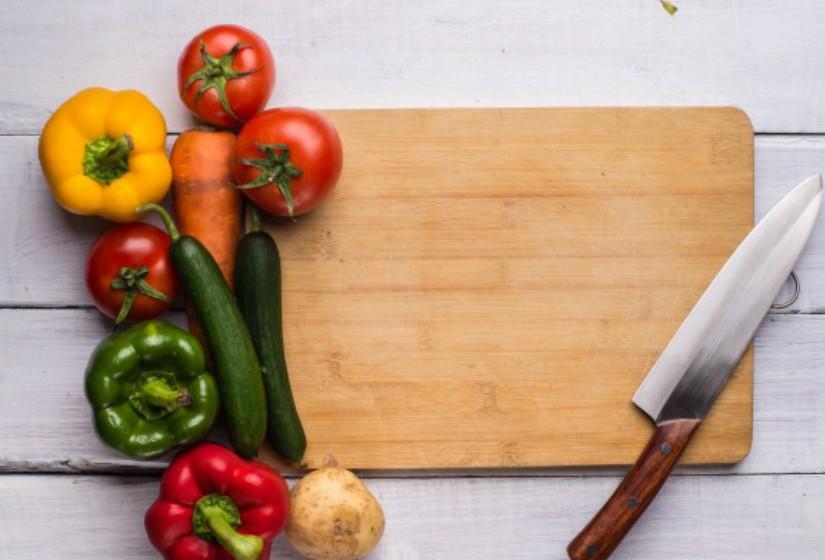 Mantenha as superfícies da cozinha limpas e desinfetadas.