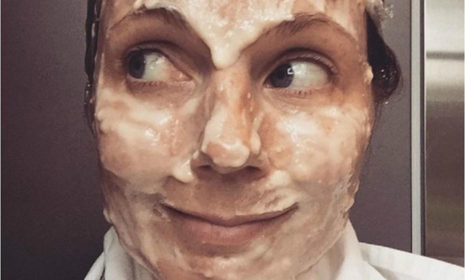 A ex-Spice Girl Geri Halliwell partilhou esta fotografia no seu Instagram. A cantora experimentou uma máscara caseira: azeite, vinagre, ovos, banana, iogurte e mel. Experimente e diga-nos se resultou. Fonte: 'El Pais'.
