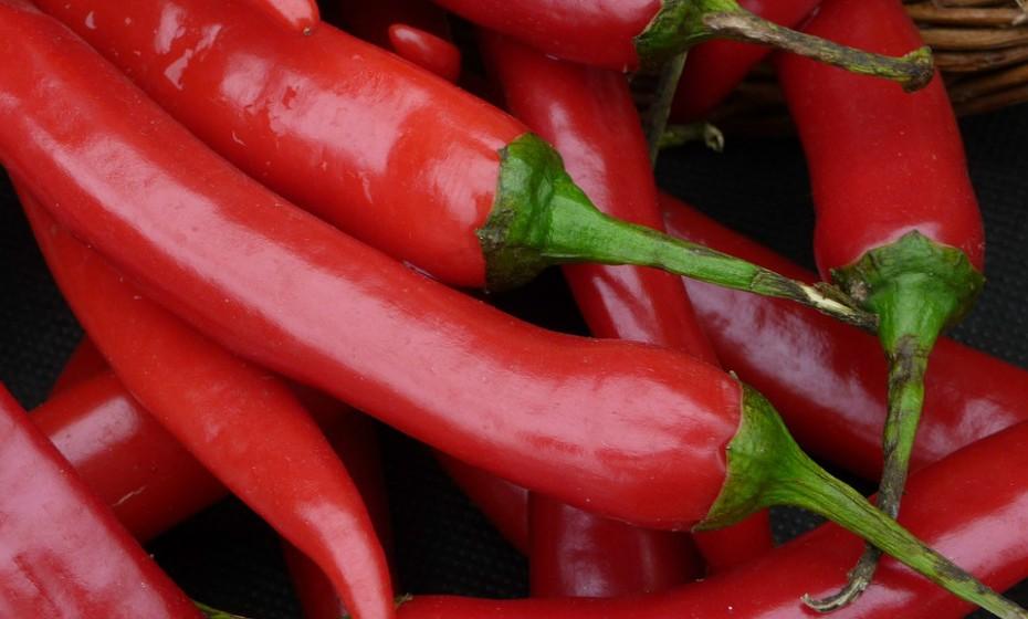 Faça refeições mais picantes. O piripiri e outras especiarias picantes ajudam a desobstruir os seios nasais.