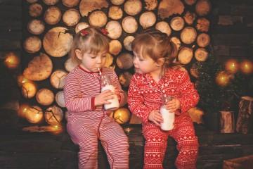 O Dia Nacional do Pijama celebra-se a 20 de novembro. Este ano, por ser domingo, o dia é celebrado no dia 21. Todos os anos, neste dia, as crianças até aos 10 anos vão para a escola vestidas de pijama e passam o dia em atividades educativas e divertidas. O objetivo é lembrar que todas as crianças têm direito a crescer numa família. Veja a seleção de pijamas que fizemos para o seu mais pequeno.