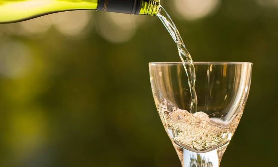 O álcool possui 7 kcal por grama. Isto significa que ele é mais calórico do que os hidratos de carbono e as proteínas. Assim, o segredo é a moderação. Isto não quer dizer que precise de comemorar com um copo de sumo ou de refrigerante a entrada do Novo Ano. Brinde o Natal e o Ano Novo com uma taça de champanhe sem preocupações.