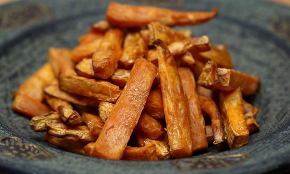 As batatas-doces são ricas em vitamina A, um nutriente que contribui para a saúde dos olhos e da pele. Descasque e corte em palitos a batata-doce. Regue com um fio de azeite e polvilhe com sal marinho e alguma especiaria a gosto. Depois é só levar ao forno e comer. E nada de ketchup e maionese! Fonte: Authority Nutrition