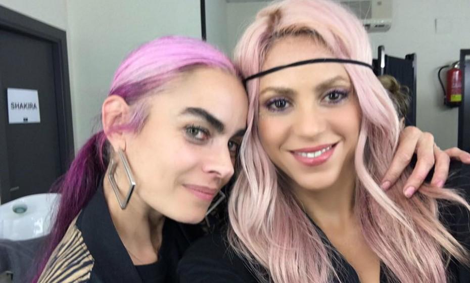 Shakira partilhou esta foto nas redes sociais onde aparece com a artista Beatriz Matallana. Ambas exibem a cor tendência.
