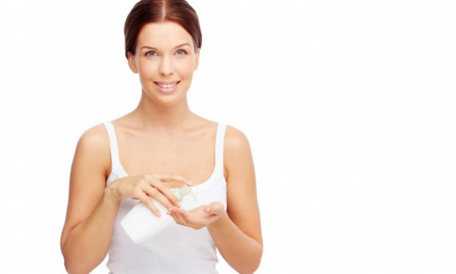 Os produtos à base de óleo podem rehidratar a pele mais rapidamente do que outros produtos. Enquanto o produto oleoso demora a secar na pele, está a criar uma espécie de capa que cura, como se fosse um penso. Procure produtos com vaselina como ingrediente principal.