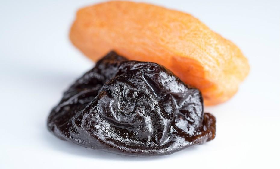 As tâmaras secas têm 298 calorias por cada 100g e as ameixas têm apenas 198.