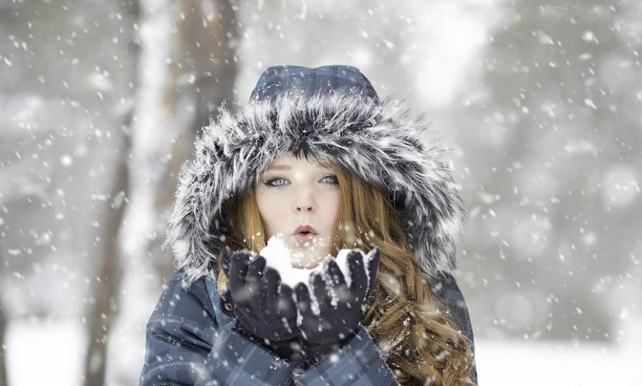 Durante os meses de inverno, faça uma hidratação profunda, por semana, ao seu cabelo. Esta tática ajuda a repor a humidade que tende a escassear nesta altura do ano.