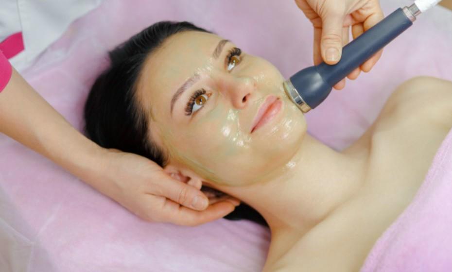 Selecione um método de exfoliação que se adapte ao seu tipo de pele. Aqueles com pele seca, sensível ou com tendência acneica devem preferir apenas um pano e uma exfoliação química suave. A exfoliação mecânica pode ser muito irritante para este tipo de pele. A pele oleosa pede tratamentos químicos mais fortes ou exfoliação mecânica. No entanto, evite uma forte exfoliação química ou mecânica se tiver um tom de pele mais escuro ou detetar manchas escuras na pele depois de queimaduras, picadas de insetos ou acne.