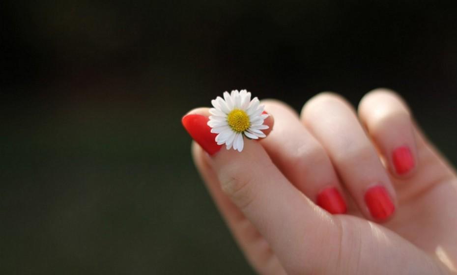 Roer as unhas aumenta o risco de infeção de paroníquia, uma infeção nas unhas. Os sintomas de paroníquia incluem dor, vermelhidão e inchaço em torno da unha. Se a infeção for bacteriana, pode haver bolhas cheias de pus na zona afetada.