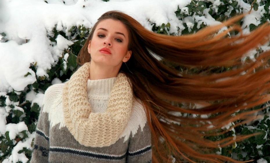 Não lave o cabelo todos os dias e sim apenas duas a três vezes por semana, para que o cabelo não seque em demasia. Certifique-se de que seca sempre o cabelo antes de sair de casa, pois a humidade do cabelo combinado com o ar frio danifica o cabelo, tornando-o mais frágil e seco.