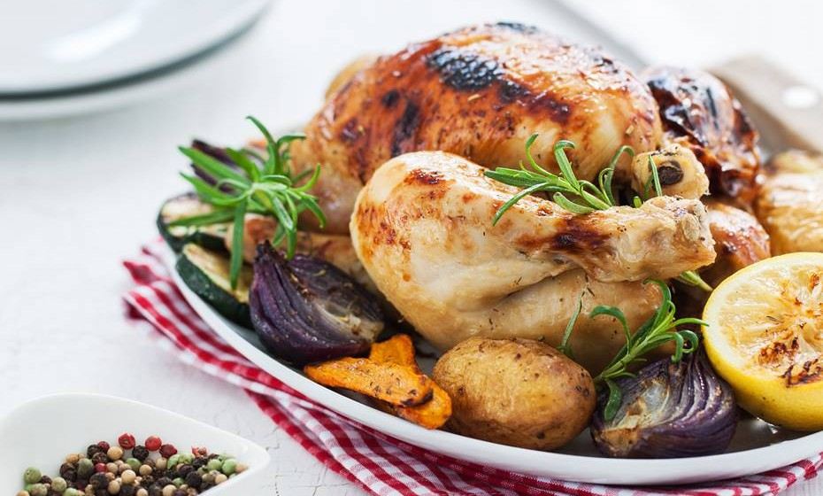 Na hora de se sentar à mesa, deve resistir aos pratos mais calóricos. Por isso, procure apresentar somente um prato, e escolha bem como irá fazer esta refeição.