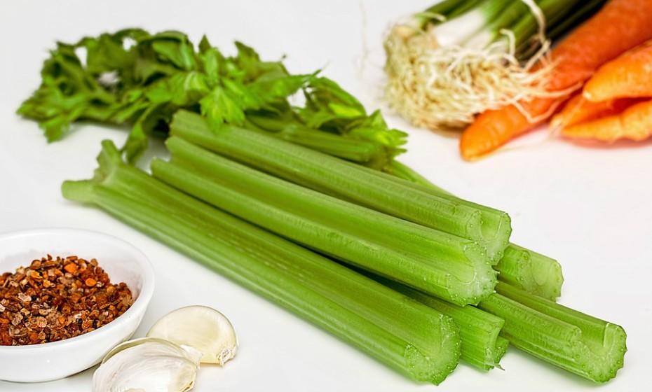 Espalhe manteiga de amendoim em aipo e decore com algumas passas. Esta é uma forma divertida de o seu filho comer vegetais.