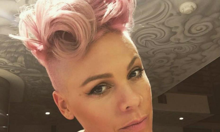 O seu nome artístico é Pink e o seu cabelo faz jus ao nome. Pink foi talvez das primeiras celebridades a pintar o cabelo de rosa.