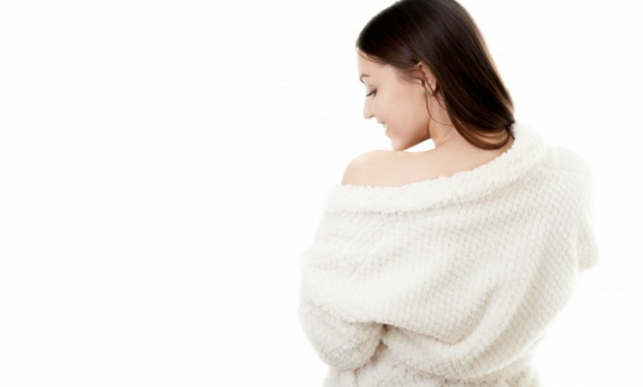 Aplicar o creme depois de tomar banho pode ajudar a selar a maioria da humidade. Além disso, tente não exagerar na temperatura da água quando toma banho. A água muito quente tende a secar a pele.