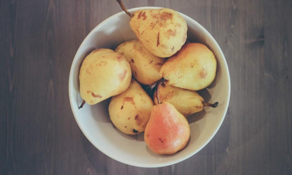 Peras fatiadas com queijo ricota são um delicioso snack. As peras por si só já são doces e fáceis de comer quando cortadas em fatias. Além disso são ricas em fibras e compostos vegetais benéficos. Espalhe em cada fatia de fruta queijo ricota para adicionar uma fonte saborosa de proteína e cálcio ao lanche do seu filho.