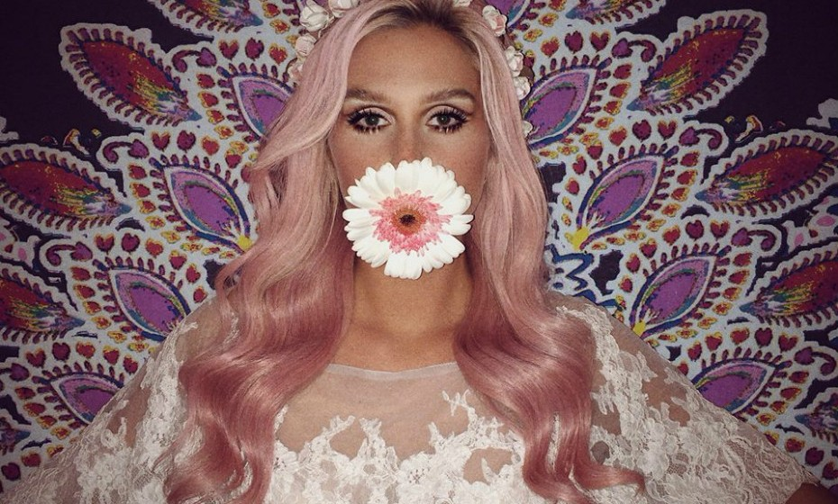 Kesha já teve o cabelo azul, roxo verde, loiro e o cor-de-rosa não faltou à chamada