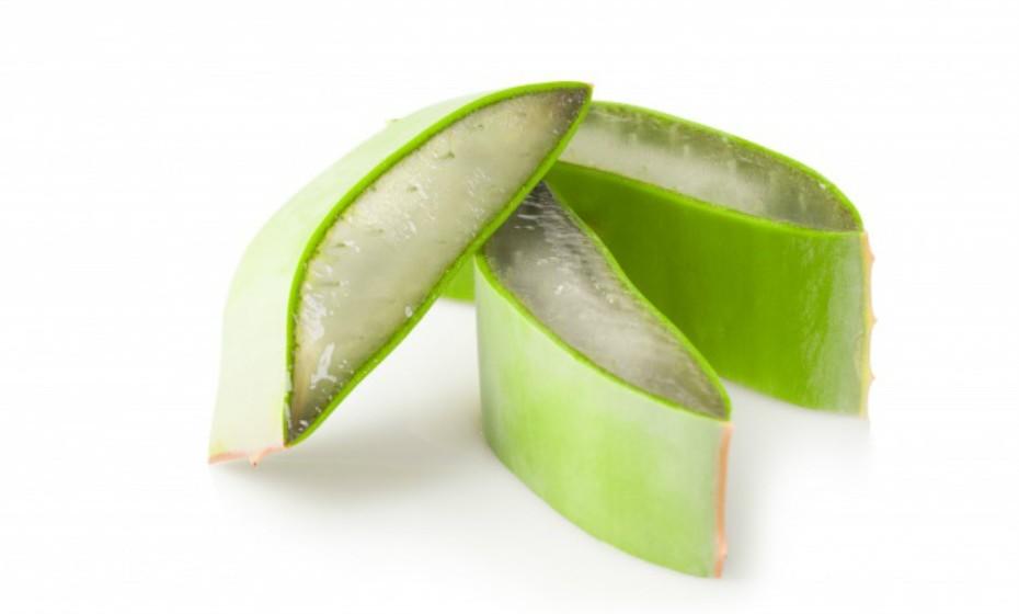 Procure produtos com ingredientes como manteiga de karité, aloé ver ou manteiga de cacau. Estes condicionadores de pele aliviam a dor da pele seca ou rachada.