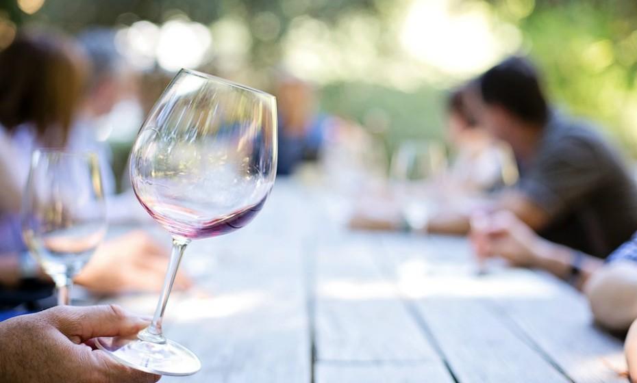 Um copo de vinho (200g) tem 125 Kcal, zero gordura, zero colesterol, 1g de açúcar e 6mg de sal. Recomenda-se que cozinhe ou prepara a comida para a ceia de Natal. Vai perder 140kcal.