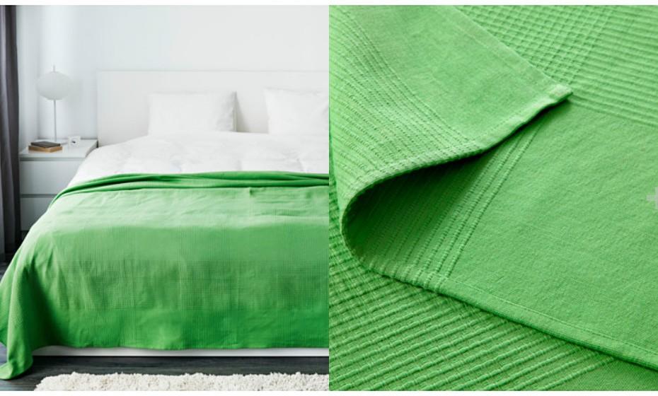 Este é um dos grandes truques de decoração. Decore o seu quarto em tons neutros e dê-lhe um 'pop' de cor nos detalhes. Por exemplo, com uma colcha verde…