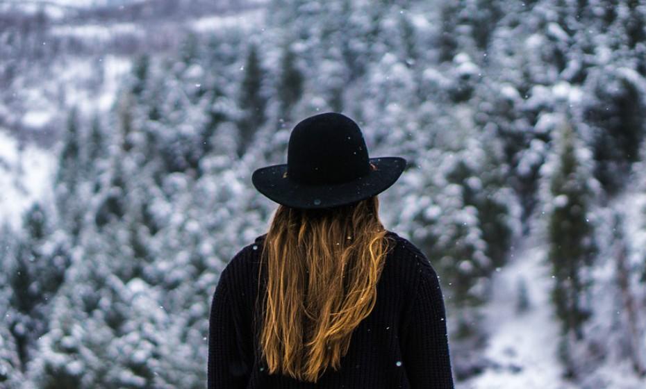 Um segredo inesperado para manter o seu cabelo com bom aspeto é investir num humidificador, caso viva numa região mais seca. Se o ar em sua casa for muito frio, o humidificador ajuda a que não sinta o cabelo e a pele tão secos. (Fonte:  'Huffington Post').