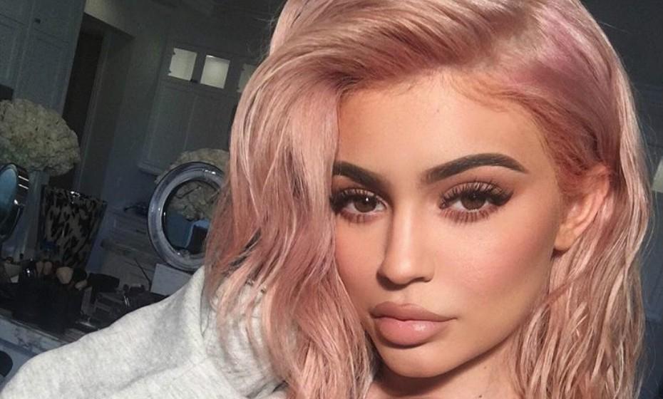 Kylie Jenner, a rainha da selfies, também já teve o cabelo num tom rosado.