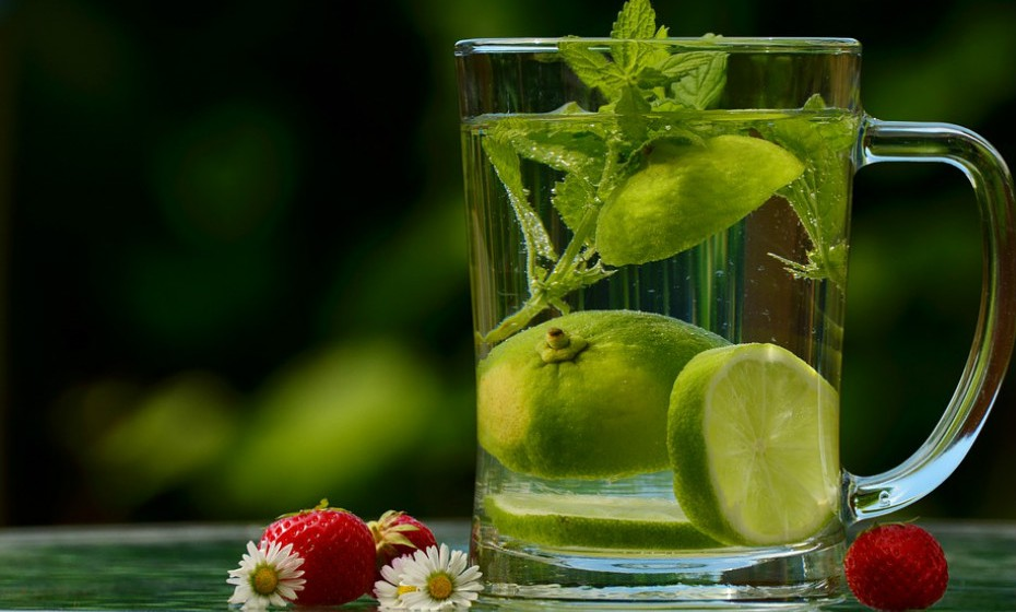 Consumo de água potável e de chá verde.