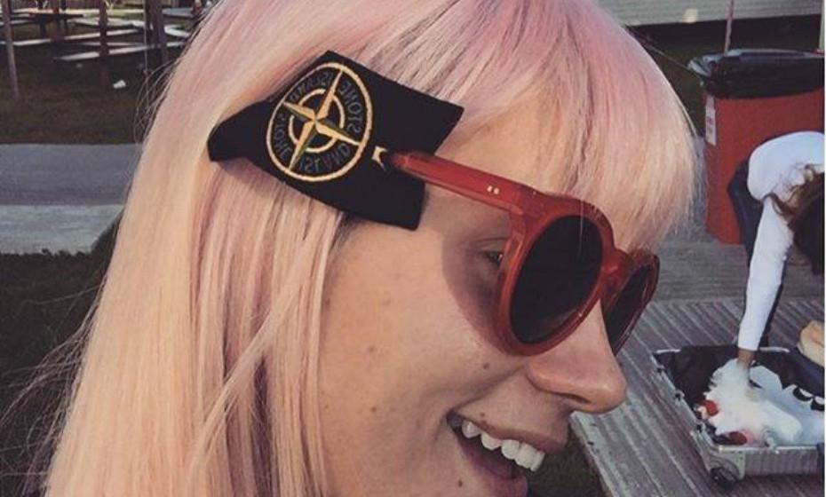 «Hot trend» escreve Lily Allen como legenda da foto publicada nas suas redes sociais. A cantora refere-se ao adereço nos óculos-de-sol.