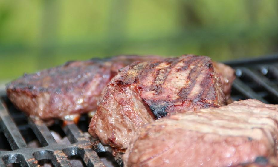 Reduza o consumo de carnes vermelhas, principalmente vaca, borrego e cabrito. Aposte no consumo de peixe e de carnes brancas.