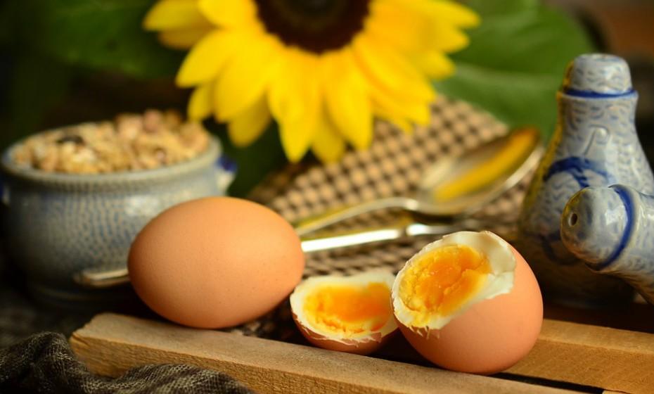 Tenha sempre um ou dois ovos cozidos no frigorífico, pois são um lanche rico em proteínas. Os ovos fornecem proteínas de alta qualidade e várias vitaminas e minerais, incluindo a vitamina B12, riboflavina e selénio. Além disso, são uma das melhores fontes de colina, uma vitamina necessária para o desenvolvimento adequado do cérebro.