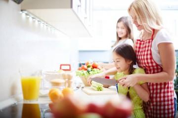 Já não sabe o que dar ao seu filho para o lanche para além dos clássicos cereais ou torradas com manteiga? Veja estas sugestões saudáveis, ricas em nutrientes, sem açúcares adicionados ou ingredientes artificiais.