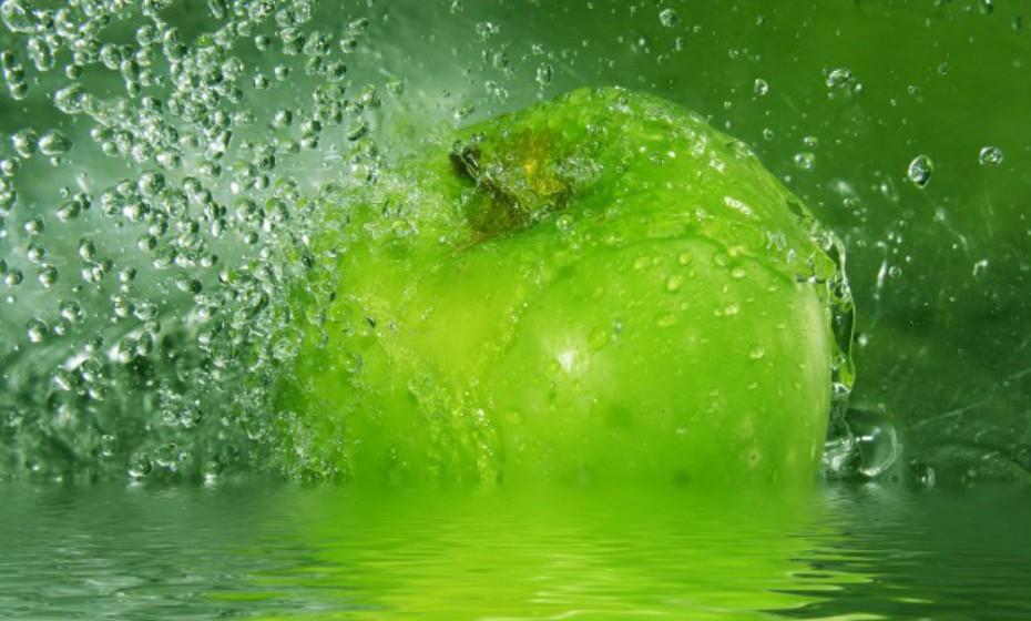 Misture uma parte de vinagre de maçã com três partes de água (use o mesmo medidor para ambas as soluções).