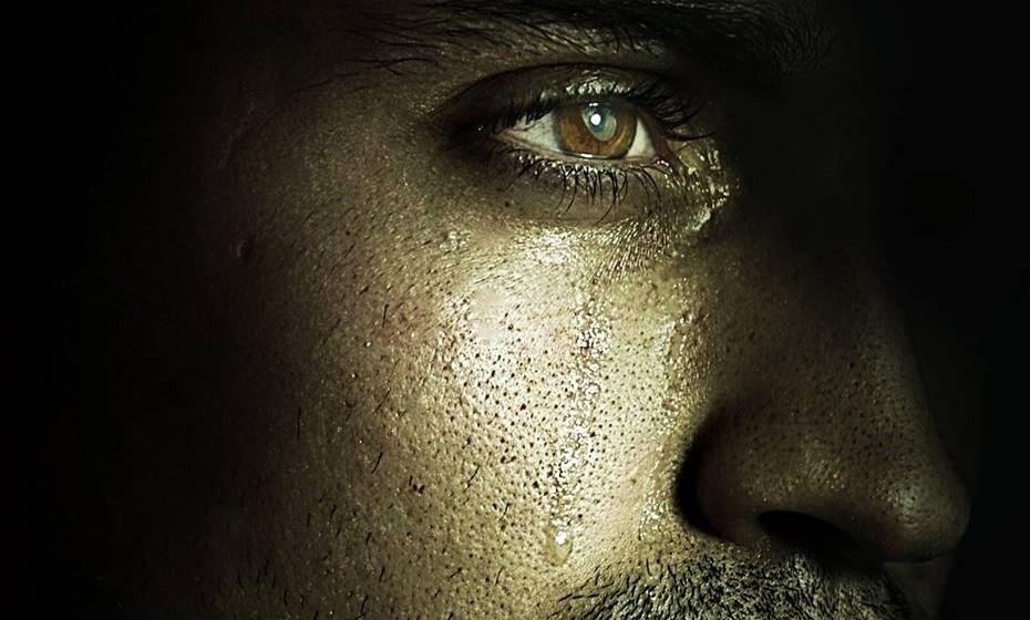 Não tem medo de chorar: Quando está pronto para aceitar as suas emoções, é natural que, ao abrir-se para as viver por inteiro, necessite extravasar através do choro. Essas emoções podem ser positivas ou negativas. Afinal, chorar é sinal de maturidade e não, como alguns pensam, sinal de fraqueza.