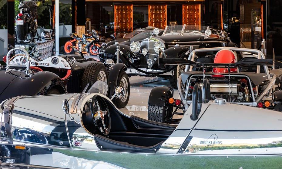Garagem com carros incluídos.