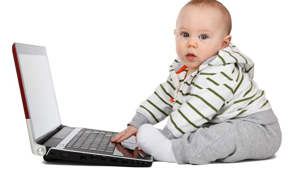 Crianças com menos de 18 meses devem evitar todos os meios com ecrã, exceto para conversar em vídeo com os membros da família.