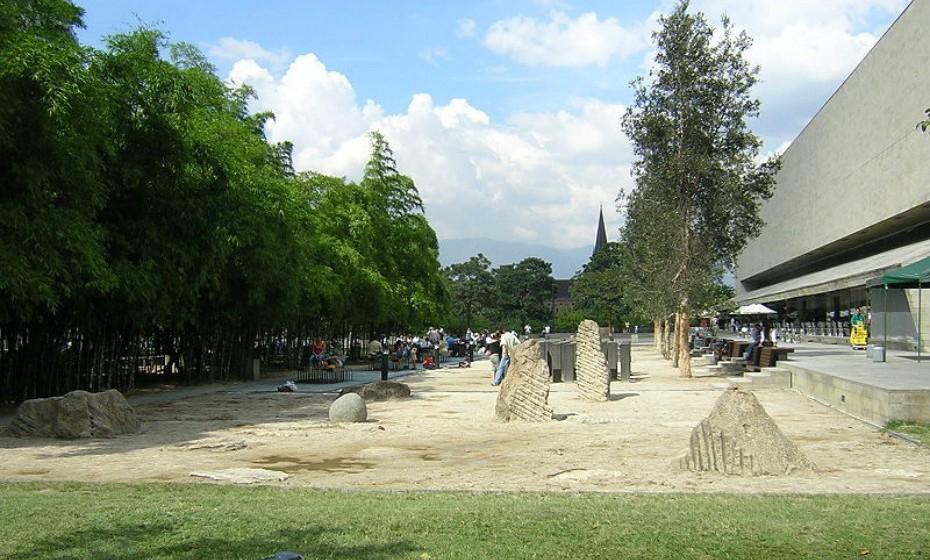 'Narcos', Medellín, Colômbia – Esta série (2015) acompanha os altos e baixos da vida do maior traficante de cocaína da Colômbia, Pablo Escobar. Não desfazendo todo o enredo, são os locais de filmagem que mais apaixonam os fãs. Atrações como o Parque de los Pies Descalzos (na imagem), em que as crianças e os adultos são encorajados a passear sem sapatos, são um dos muitos exemplos de unicidade da Colômbia.