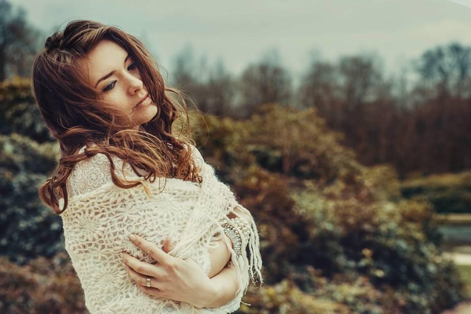 Pratique a aceitação - Aceite os momentos em que se sente menos feliz, mal ou a pior do mundo. Deixe ir a ideia de ter de ser perfeita, estando sempre de bem com tudo. Evite pensar que está algo errado consigo. Está perfeita tal como está, a lidar com o que acontece, como quer que se sinta. Há momentos para tudo. Aceite e já começou a transformar.