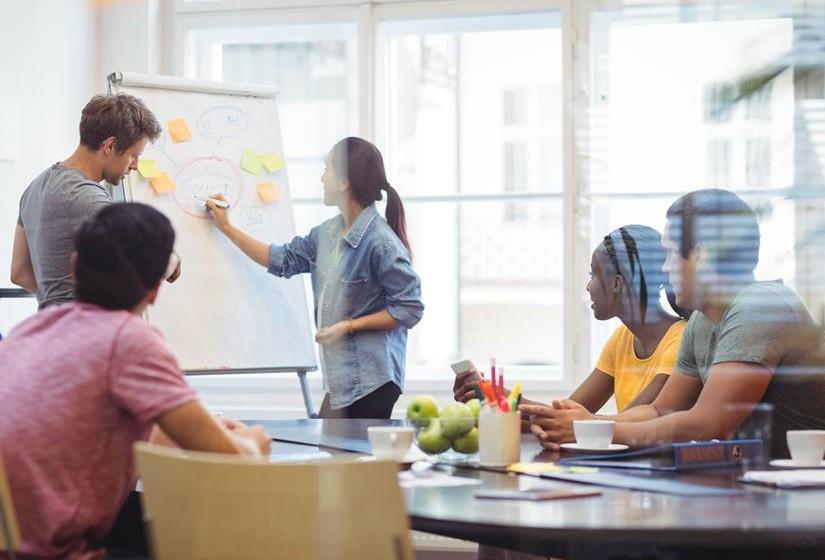 Há o equívoco de que os millennials têm talento muito precoce e nada para ensinar, mas não é verdade. As empresas ganham mais quando criam estruturas que promovem a partilha de conhecimento e dão a oportunidade de tratar o local de trabalho como uma sala de aula.
