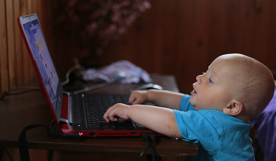 Para crianças com idades entre os 2 e 5 anos, o tempo de exibição deve ser limitado a uma hora por dia. Novamente, os pais devem estar sentados e interagir com o filho nesse momento.