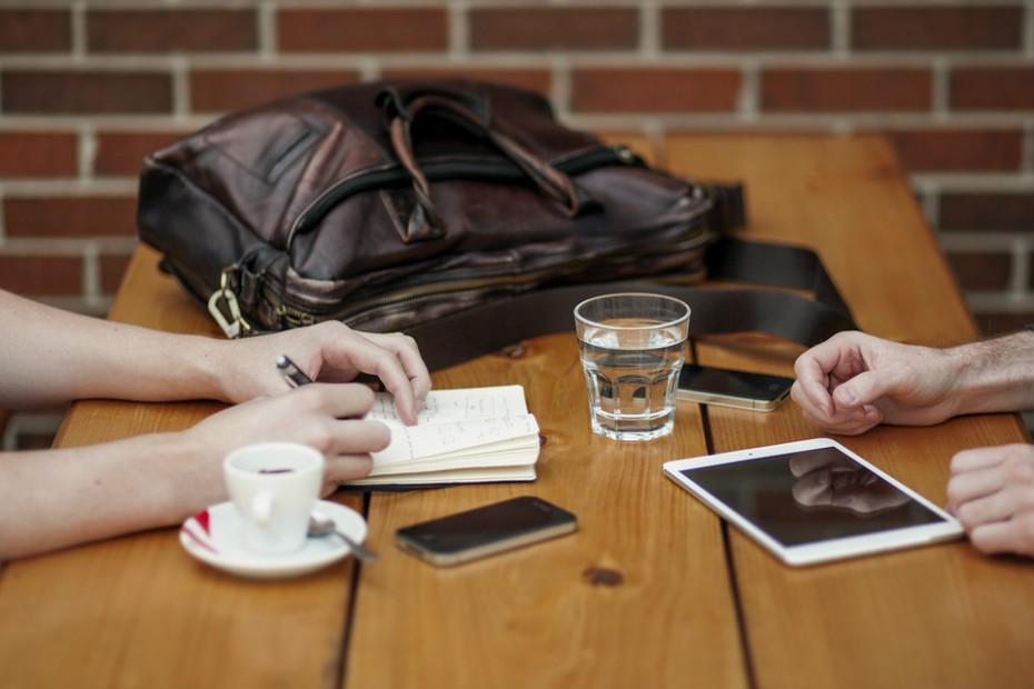 As redes sociais podem tornar mais difícil distinguir as relações realmente verdadeiras que se concretizam na vida real das inúmeras relações ocasionais formadas através destas plataformas. Fazendo com que as pessoas percam tempo e energia psicológica em relacionamentos menos significativos.
