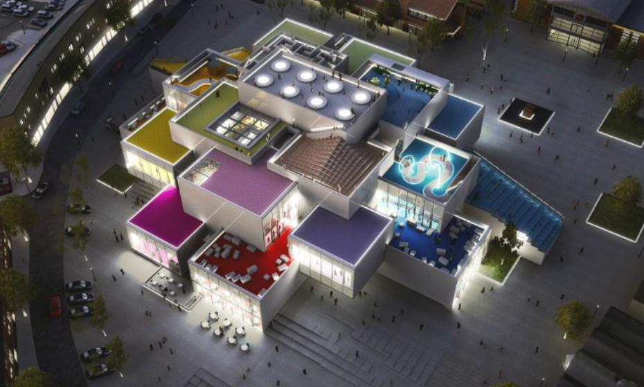 LEGO House, em Billund, Dinamarca, é um edifício em homenagem aos famosos blocos infantis, arquitetado por Bjarke Ingels Group (BIG). Quando terminado, os visitantes poderão fazer temporariamente parte de uma comunidade onde é possível passear pelo parque, tomar um café e, claro, brincar com legos.