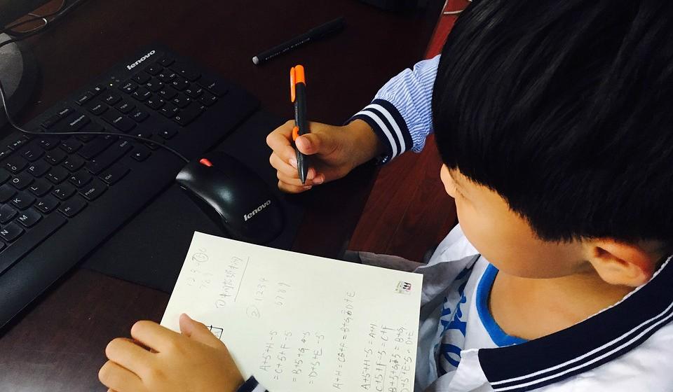 As crianças com 6 anos ou mais devem ser monitorizadas para garantir que o tempo em contacto com o ecrã não interfere no sono ou nas interações sociais e físicas.