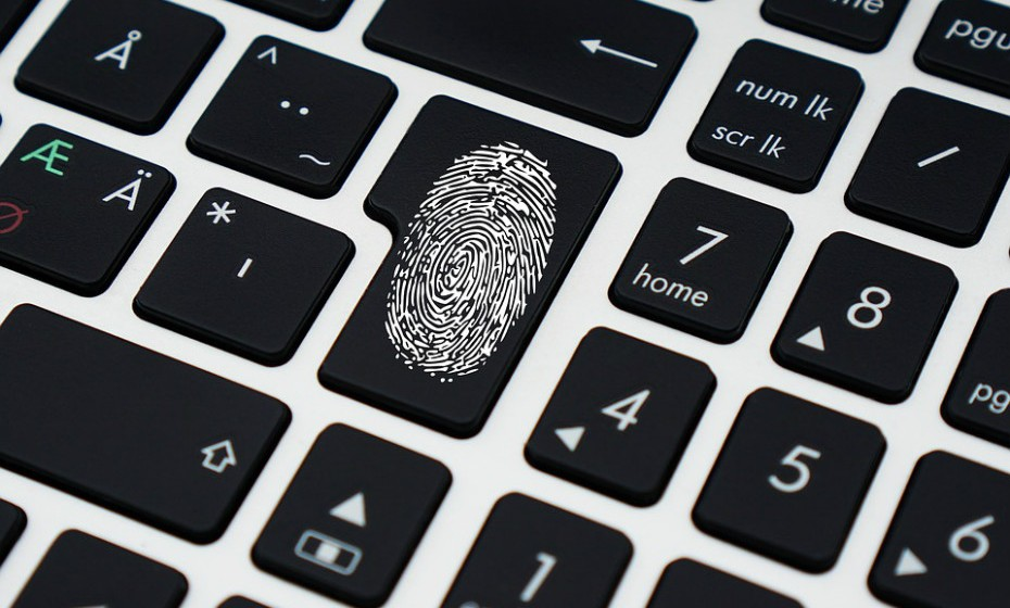 Bloqueie o seu login. Fortaleça as suas contas online ativando as ferramentas de autenticação mais fortes disponíveis, como biometria, chaves de segurança ou um código exclusivo de utilização única através de uma aplicação no seu smartphone. Os nomes de utilizador e senhas não são suficientes para proteger contas-chave como e-mail, bancos e redes sociais.
