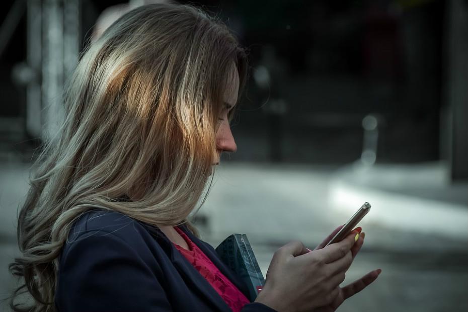 Um dos efeitos negativos das redes sociais é exatamente o vício que provocam. Perdem-se horas incontáveis nestas aplicações que podem desviar o foco e a atenção de uma tarefa específica. Diminui o nível motivacional das pessoas, especialmente dos adolescentes e estudantes.