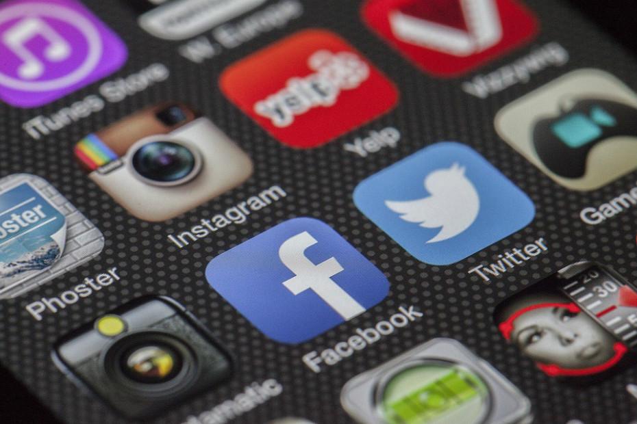 Está-se mais sujeito a experiencias de cyber-bullying, nome dado ao bullying virtual. Esses ataques online podem deixar profundas cicatrizes mentais. Em alguns casos pode levar, inclusive, ao suicídio.
