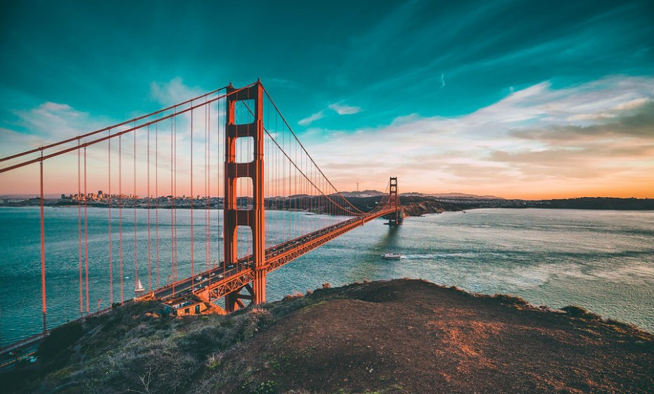 7. São Francisco, EUA, é um destino turístico muito popular, conhecido pela sua neblina fria do verão, íngremes colinas e pela sua eclética mistura de arquitetura victoriana e moderna e pelos seus marcos históricos, incluindo a Ponte Golden Gate.